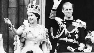 La reine Elizabeth II accompagné du prince Philip lors de son couronnement, le 2 juin 1953, à l'abbaye de Westminster. (STF / INTERCONTINENTALE / AFP)