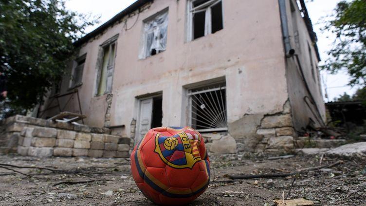 Une maison endommagée par un bombardement à Martouni, dans le Haut-Karabakh, le 1er octobre 2020. (AFP)