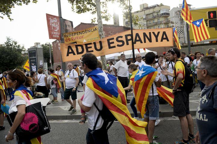 Des manifestants défilent avec l'Esteladas, le drapeau catalan en faveur de l'indépendance, vendredi 11 septembre 2015. (JOSEP LAGO / AFP)