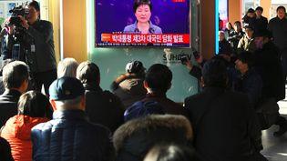 Des Coréens regardent une déclaration de leur présidentePark Geun-hye à la télévision, le 29 novembre 2016 à Séoul (Corée du Sud). (JUNG YEON-JE / AF)
