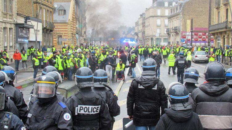"""Face à face entre policiers et """"gilets jaunes"""" à Charleville-Mézières, le 1er décembre 2018. (ALEXANDRE BLANC / RADIO FRANCE)"""