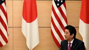 Le Premier ministre japonais, Shinzo Abe, en décembre 2016, lors d'une rencontre avec l'ambassadrice des États-Unis sur l'archipel. (TOSHIFUMI KITAMURA / AFP)