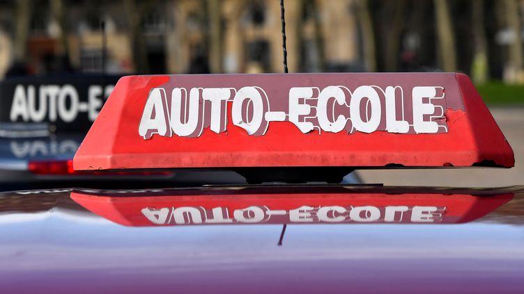 Le logo d'une auto-école, à Bordeaux. (GEORGES GOBET / AFP)