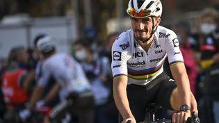 Julian Alaphilippe a revêtu son maillot de champion du monde sur les routes corses dimanche 24 octobre. (DIRK WAEM / BELGA MAG)
