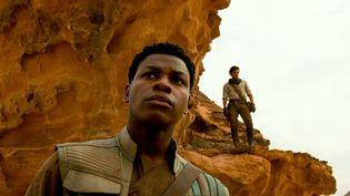 Les acteurs John Boyega (au premier plan, dans le rôle de Finn) et Oscar Isaac (dans le rôle de Poe Dameron) dans Star Wars : L'Ascension de Skywalker. (LUCASFILM LTD. / THE WALT DISNEY COMPANY FRANCE)