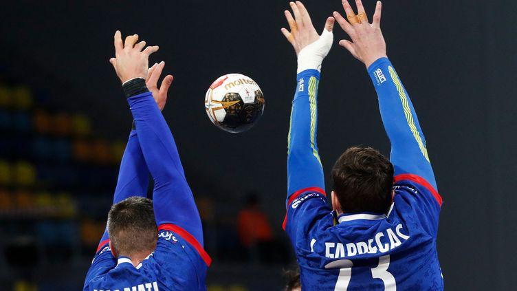Luka Karabatic et Ludovic Fabregas, lors d'un match ocntre l'Algérie, le 20 janvier 2021. (PETR DAVID JOSEK / POOL)