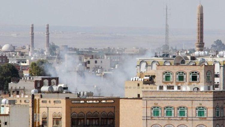 Des fusées s'élèvent du nord de Sanaa après le tir d'un missile contre la maison d'un chef de tribu, le 24/05/2011 (AFP/Gamal NOMAN)