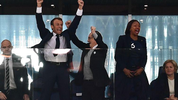 Le président de la République Emmanuel Macron fête la victoire des Bleus face à la Belgique en demi-finale de Coupe du monde le 10 juillet 2018 àSaint-Pétersbourg (Russie). (GIUSEPPE CACACE / AFP)