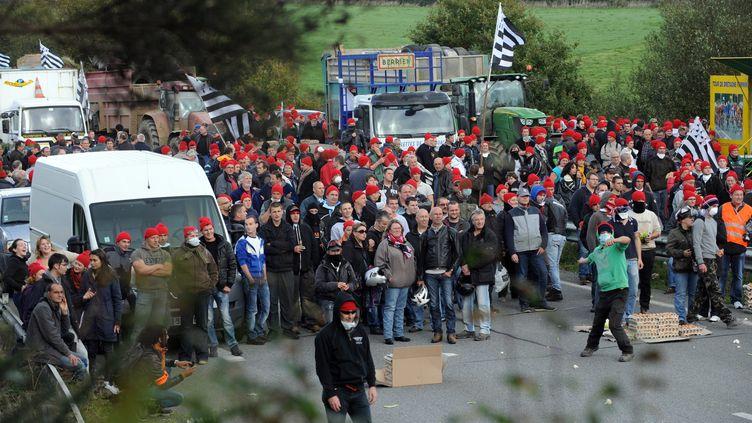 Les manifestants coiffés de leur bonnet rouge, lors du rassemblement du 26 octobre à Pont-de-Buis. (FRED TANNEAU / AFP)