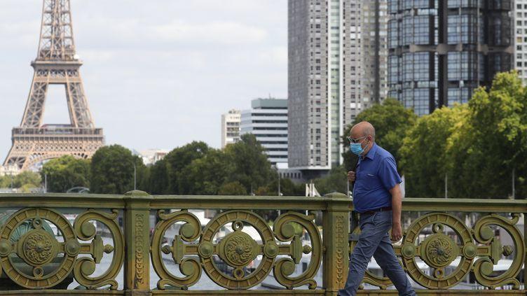 Le pont Mirabeau à Paris, le 27 août 2020. (LUDOVIC MARIN / AFP)