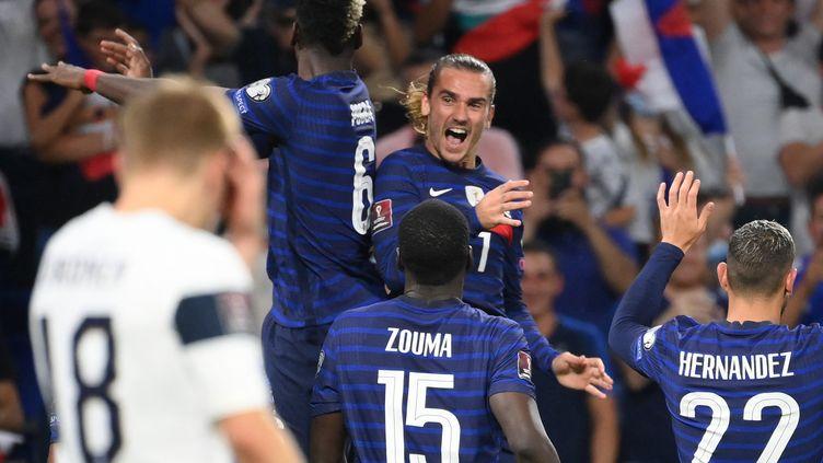 Antoine Griezmann fête son deuxième but face à la Finlande avec Paul Pogba. (FRANCK FIFE / AFP)