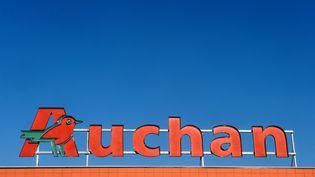 La devanture d'un supermarché Auchan à Toulouse, le 28 novembre 2013. (REMY GABALDA / AFP)