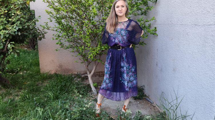 Elisa Palmer en robe fleurie et ceinture vintage avec des chaussures Maud Frizon, avril 2021 (Odile Leclerc)
