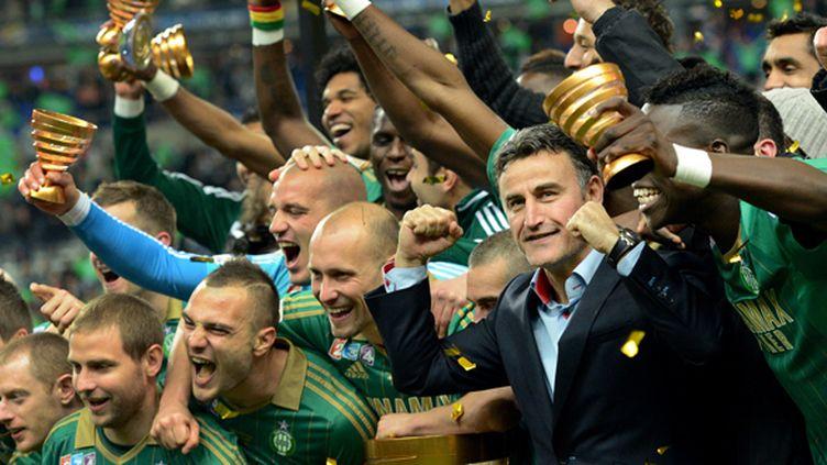 Les joueurs de Saint-Etienne et le coach Christophe Galtier fêtent la victoire en Coupe de la Ligue