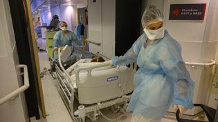 Le personnel de santé travaille au sein du service d'urgence du coronavirus (Covid-19) au Centre hospitalier des Quatre Villes (CH4V) de Saint-Cloud (Hauts-de-Seine), le 08 février 2021. (JULIEN MATTIA / ANADOLU AGENCY / AFP)