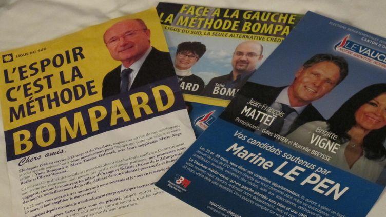 Les tracts des candidats Ligue du Sud et Front national, qui s'affrontent dans le canton d'Orange (Vaucluse). (ILAN CARO / FRANCETV INFO)