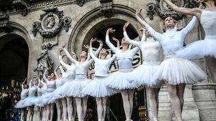 Des danseuses de l'Opéra de Paris interprêtent le Lac des Cygnes sur le parvis de l'Opéra Garnier, le 24 décembre 2019. (STEPHANE DE SAKUTIN / AFP)