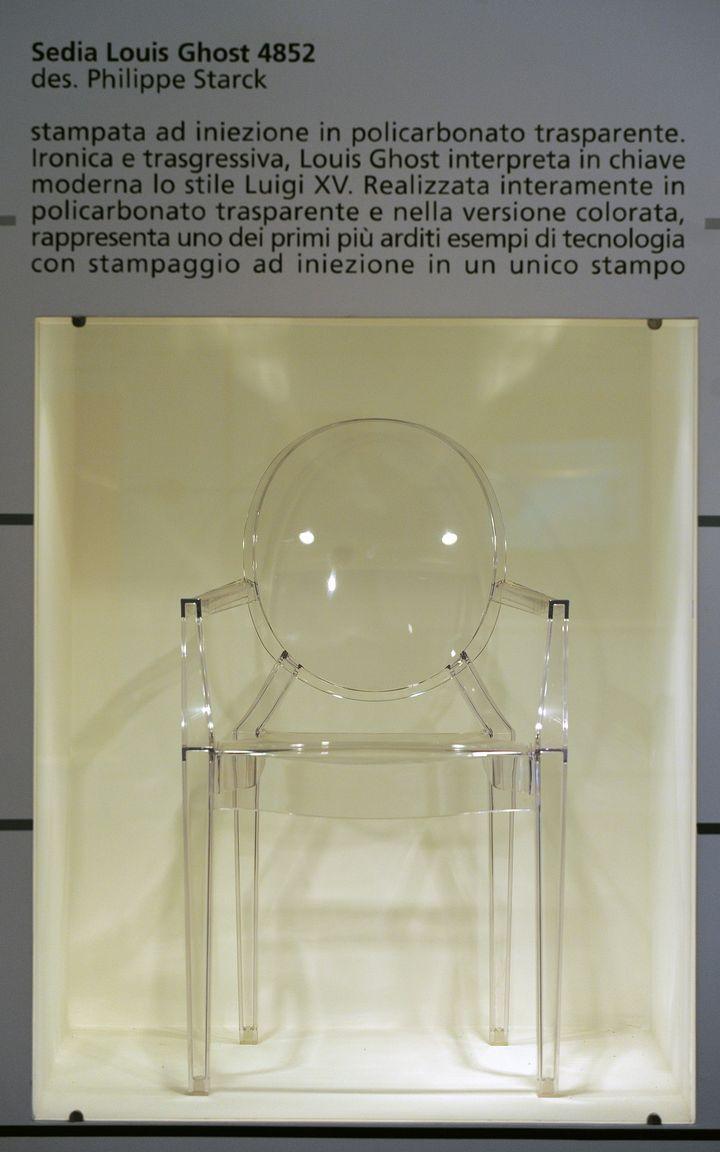 """La chaise """"Louis Ghost"""" dessinée par Starck pour Kartell, montrée ici au Musée Kartell de Milan.  (GIUSEPPE CACACE / AFP)"""