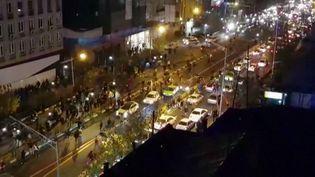 Capture d'une vidéo diffusée par l'agence iranienneMehr News montrant un groupe d'homme en train de manifester à Téhéran, la capitale iranienne, le 30 décembre 2017. (MEHR NEWS / AFP)