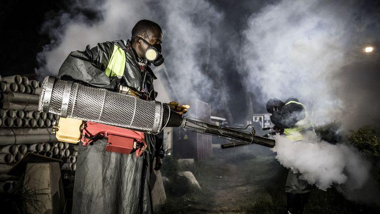 Opération de désinfection contre le Covid-19 à Nairobi, la capitale kenyane, le 15 avril 2020. (LUIS TATO / AFP)