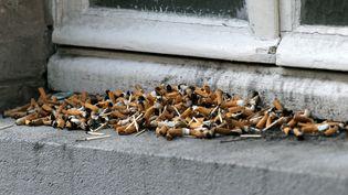 Des mégots de cigarettes dans une rue de Paris (JACQUES DEMARTHON / AFP)