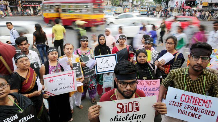 Des Indiens qui mannifestent après le viol et le meutre d'une petite fille de huit ans à Calcutta,à l'Est de l'Inde. (PIYAL ADHIKARY / EPA / MAXPPP)
