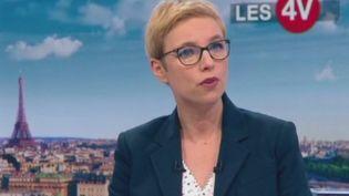 """Sur le plateau des """"4 Vérités"""" de France 2 lundi 21 janvier, la députée de La France insoumise Clémentine Autain s'inquiète du silence d'Emmanuel Macron, qui """"ne nous dit pas comment seront tranchés ces débats"""". (FRANCE 2)"""
