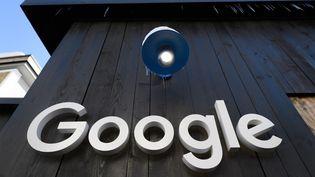 Un logo de Google au forum économique de Davos (Suisse), le 20 janvier 2020. (FABRICE COFFRINI / AFP)