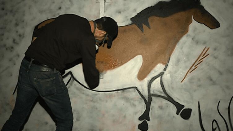 Lasco profite de la nuit pour réaliser ses gravures rupestres  (France 3 / Culturebox)