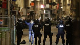 Les forces de l'ordre pendant l'assaut antiterroriste de Saint-Denis, le 18 novembre 2015. (KENZO TRIBOUILLARD / AFP)