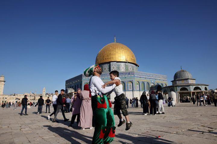 Des musulmans fêtent la fin du mois de ramadan à proximité de la mosquée Al-Aqsa, à Jérusalem, le 13 mai 2021. (AHMAD GHARABLI / AFP)