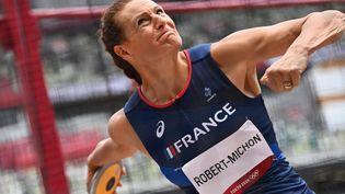 Melina Robert-Michon lors des qualifications pour le lancer de disque au Stade Olympique de Tokyo, le 31 juillet. (ANDREJ ISAKOVIC / AFP)