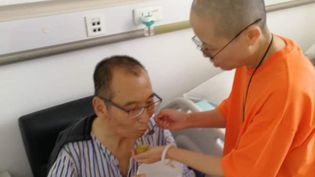 Le dissident Liu Xiaobo, prix Nobel de la paix en 2010, aidé par sa femme, dans un hôpital deShenyang (Chine), le 30 juin 2017. (EYEPRESS NEWS)