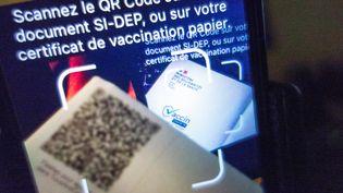 L'application TousAntiCovid permet d'enrgister le certificat de vaccination grâce au QR code (BRUNO LEVESQUE / MAXPPP)