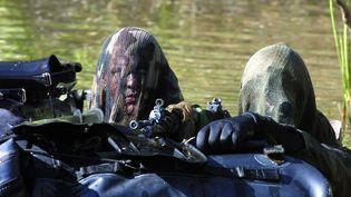 Des hommes du 13e régiment de dragons parachutistes sont en manœuvre, le 10 octobre 2001 en milieu aquatique dans les environs de Dieuze (DAMIEN MEYER / AFP)
