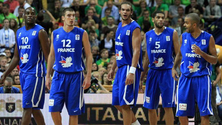 Ali Traoré (à gauche) et Joakim Noah (milieu) sous le maillot Bleu. Une image dépassée à Londres? (MILOSAVLJEVIC/SIPA)