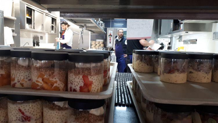 Les entrées et desserts du jour à emporter à la cantine du troquet Dupleix, à Paris. (SOPHIE AUVIGNE / FRANCE-INFO)