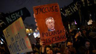"""Des associations féministes manifestent devant la Salle Pleyel à Paris.""""On veut interpeller le milieu du cinéma qui peut soutenir Adèle Haenel, qui dénonce des faits d'agressions sexuelles et, dans le même temps, avec une hypocrisie incroyable, soutient Roman Polanski"""", a expliqué Céline Piques, porte-parole de Osez le féminisme. (LUCAS BARIOULET / AFP)"""