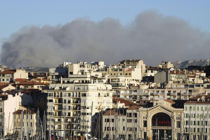 Le feu au-dessus du massif des Calanques, près de Marseille, lundi 5 septembre. (BORIS HORVAT / AFP)