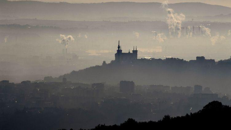 La ville de Lyon, lors du pic de pollution le 8 décembre 2016. (PHILIPPE DESMAZES / AFP)