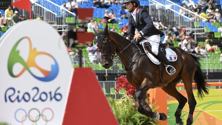 Mathieu Lemoine à l'épreuve du saut d'obstacles de Rio, le 9 août 2016. (JOHN MACDOUGALL / AFP)
