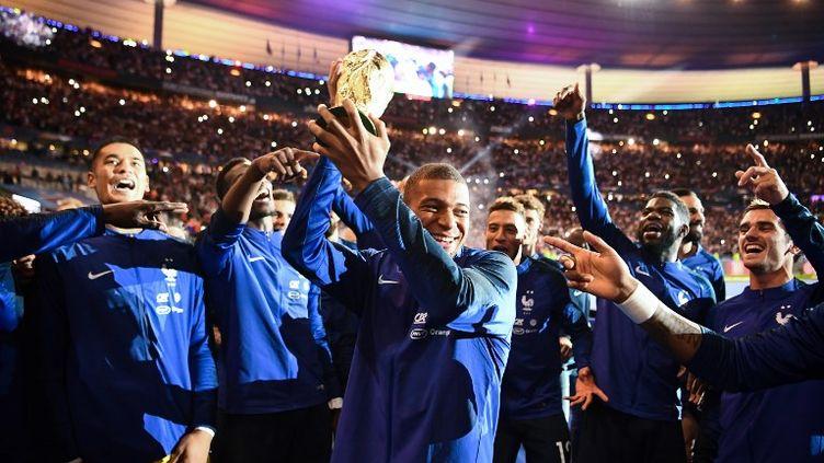 Les Bleus ont célébré leur titre avec le public du stade de France, dimanche 9 septembre. (FRANCK FIFE / AFP)