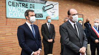 Le Premier ministre Jean Castex et le ministre de la Santé Olivier Véran devant un centre de vaccination à Saint-Rémy-lès-Chevreuse (Yvelines), le 15 avril 2021. (ALAIN JOCARD / AFP)