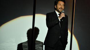 Édouard Baer, maître de cérémonie inspiré lors de la cérémonie de clôture du Festival de Cannes 2018 (19 mai 2018) (ALBERTO PIZZOLI / AFP)