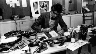 Yves Saint Laurent à son bureau, studio du 5 avenue Marceau à Paris, en 1976 (Guy Marineau)