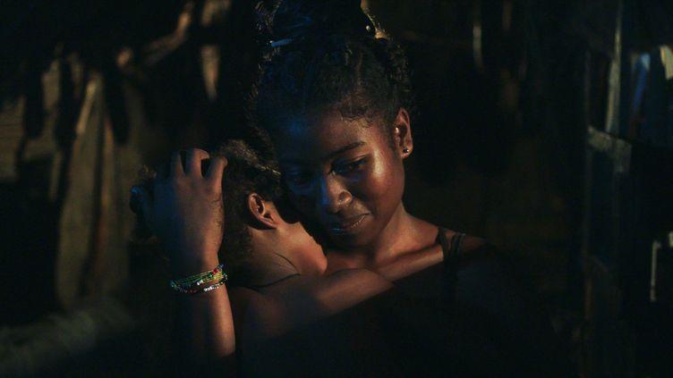 Haingo (Haingosoa Loharano Vola), l'héroïne qui donne son nom au film d'Edouard Joubeaud, tient sa fille dans ses bras dans une scène du long-métrage. (PITCHAYA FILMS)