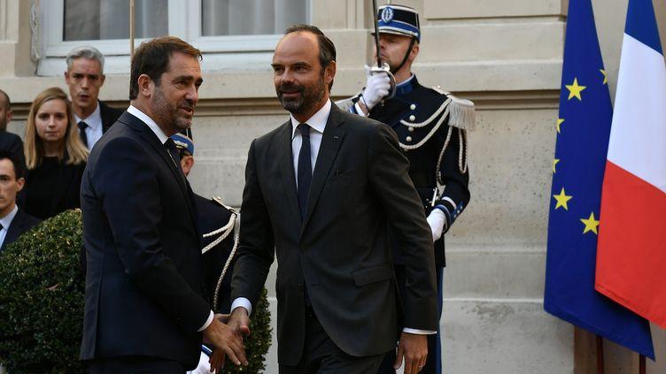 La passation de pouvoir au ministère de l'Intérieur entre Édouard Philippe et Christophe Castaner, mardi 16 octobre. (PHILIPPE LOPEZ / AFP)
