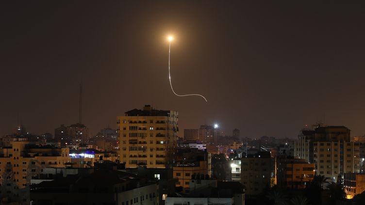 Un missile israélien, aperçu au-dessus de Gaza, le 13 novembre 2019. (MAHMUD HAMS / AFP)