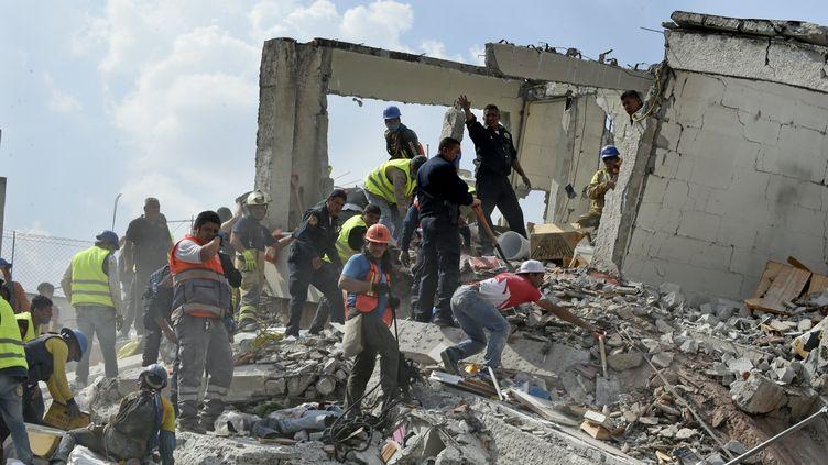 Des secouristes tentent de retrouver des survivants à Mexico (Mexique), après le tremblement de terre qui a frappé le centre du pays, mardi 19 septembre 2017. (ALFREDO ESTRELLA / AFP)