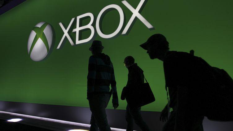 Des professionnels du jeu vidéo pénètrent dans leLos Angeles Convention Center à l'occasion de l'E3, le 12 juin 2013 à Los Angeles (Californie). (DAVID MCNEW / REUTERS)